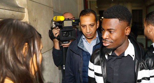 Paris Saint-Germain's defender Serge Aurier (R) arrives to the Paris courthouse early on September 26, 2016 to answer a charge of elbowing a police officer. The 23-year-old Ivory Coast international is accused of assaulting a police officer after he was stopped in May 2016 when leaving a Parisian nightclub in the early hours of the morning. / AFP PHOTO / PATRICK KOVARIKPATRICK KOVARIK/AFP/Getty Images